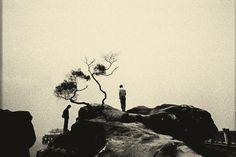 Né en Chine à Guangzhou et vivant à Shenzhen, le jeune photographe Huang Jing réalise dans sa série «Pure of Sight» des images monochromes à partir de scènes ordinaires qui ont un charme poétique et surréaliste. Toute la série est sur son site avec d'autres projets similaires.
