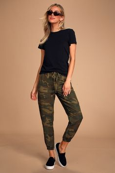Get down on the ultimate cool-girl look in the Blank NYC At Attention Green Camo Print Joggers! Camo linen-blend woven fabric joggers with drawstring waist. Camo Jeans Outfit, Camo Outfits, Cute Casual Outfits, Girl Outfits, Camo Fashion, Look Fashion, Girl Fashion, Sporty Fashion, Fashion Women