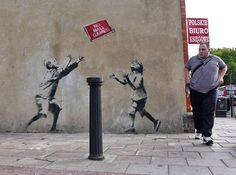 Banksy is a British graffiti artist, whose identity is unknown. His artistic graffiti paintings have been featured on streets, walls, and Arte Banksy, Banksy Graffiti, Graffiti Artwork, Graffiti Painting, Bansky, Graffiti Tattoo, Stencilling Techniques, Pop Art, Urbane Kunst