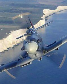 Spitfire sobre los blancos acantilados de Dover.