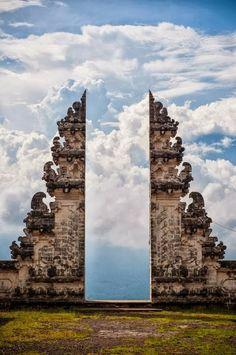 Le temple de Pura Lempuyang à Bali en Indonésie. Un lieu mystique pour les Balinais, à flan de montagne, les paysages vous feront oublier le temps et vous n'aurez qu'une envie, c'est celle de passer par cette porte pour voler vers les nuages.