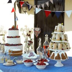 Site w brunch ideas. Like the strawberry three tier cake and basket of bagels and toasts etc w the toaster there for people to toast breads Wedding Desert Table, Wedding Brunch Reception, Wedding Cake, Bbq Party, Brunch Party, Cream Tea, Mothers Day Brunch, Christmas Breakfast, Fun Cup