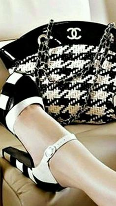Wedding Ideas - Chanel : Vintage Pearls c. Coco Chanel, Chanel Paris, Chanel Shoes, Fashion Bubbles, Goth Women, Chanel Fashion, White Fashion, Color Fashion, Classy And Fabulous