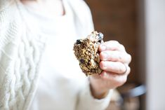 delicious no-bake granola bars … with dried cherries, brazil nuts + coconut — whats cooking good looking Healthy Food Blogs, Healthy Drinks, Healthy Eats, Coconut Recipes, Raw Food Recipes, Food Photography Styling, Food Styling, No Bake Granola Bars, Travel Snacks
