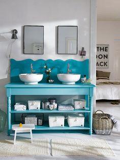 Baño con consola azul