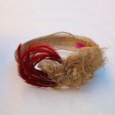 Nos gustan las invitadas con turbantes y más si combinan el dorado y el borgoña como este de @tocadosnilataranco #tocadosoriginales #headpieces #fascinators #alquilerdetocados #turbantes #invitadaperfecta  #weddinginspiration #bridalheadwear #turban