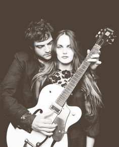 Vanessa Paradis & M Vanessa Paradis, Famous Duos, Movie Co, Music Guitar, Playing Guitar, French Actress, Photo Black, Couple Shoot, Couple Pics