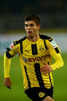 Christian Pulisic of Dortmund runs with the ball during the Bundesliga match between Borussia Dortmund and Borussia Moenchengladbach at Signal Iduna Park on December 2016 in Dortmund, Germany. Nike Football, Football Players, Best Jersey, Signal Iduna, Carli Lloyd, Christian Pulisic, Red Shirt, Premier League, All Star