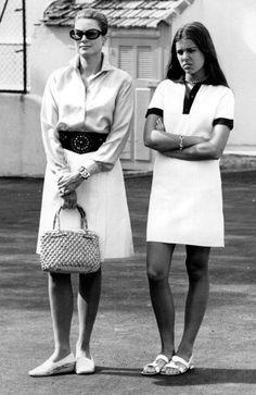 La princesa Grace Kelly, esposa del príncipe Rainiero III de Mónaco, junto a su hija mayor, Carolina de Mónaco.