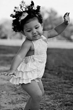 Little girl Keep Dancing, dance! hand drum circle rhythms make kids do this. no inhibitions. they just dance. Precious Children, Beautiful Children, Beautiful Babies, Beautiful People, Shall We Dance, Lets Dance, Baby Kind, Baby Love, Dance Like No One Is Watching
