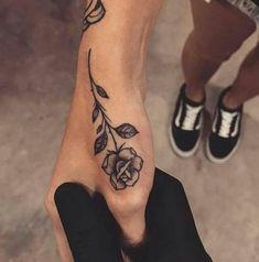 Tatuajes de rosas pequeñas en la mano