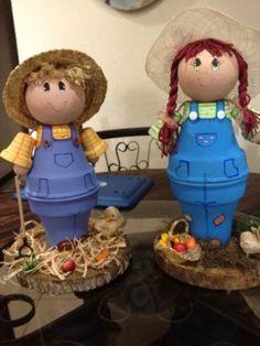 Figuras de niños hechos con macetas de barro