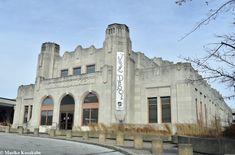 1931 年創設のFrisco、MKT、Santa Fe の駅を統合した Tulsa 初の駅で、 アールデコの堂々とした風格ある素晴らしいデザイン。 これにより Tulsa の正面玄関が開かれ、ピーク時には日に 36 本の列車が離発着した。 しかし車の利用が多くなるにつれ、旅客列車の利用は減少。 1967 年に駅は放棄されたが、 今は2007 年に正式オープンした Oklahoma Jazz Hall of Fame の本部となっている。