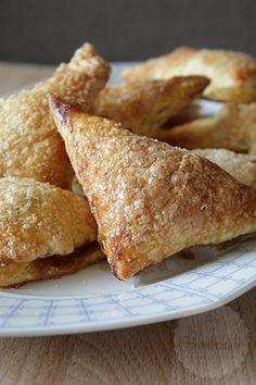 Wauw! Wat is dit jaar voorbij gevlogen. Niet alleen is dit recept voor appelflappen het laatste recept wat ik in 2015 met jullie deel, het is ook de laatste binnen mijn streekbaksel challenge. Eerlijk is eerlijk, streekbaksel werd voornamelijk 'van oorsprong Hollands'. Ze zijn allang niet meer aan een bepaalde streek gebonden, op enkele baksels … Cookie Desserts, Just Desserts, Cookie Recipes, Dessert Recipes, Dutch Recipes, Baking Recipes, Delicious Donuts, Yummy Food, Tea Snacks