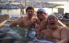 Japanese Comedians Drive Though Vladivostok in Bathtub to Meet Public (VIDEO)