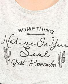 Camiseta larga con mensaje gris