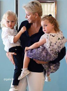 Charlène, son fils Jacques aussi blond qu'elle et Gabriella, toute bouclée et rousse