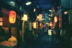 El fotógrafo japonés Masashi Wakui captura bellas #fotografías de los callejones del Tokyo nocturno, en las que la iluminación juega un papel muy importante para lograr un efecto surreal.