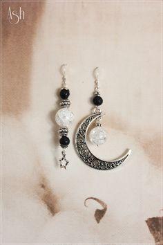 Boucles d'oreilles asymétrique lune en cristal de roche et lave : Boucles d'oreille par ash-bijoux