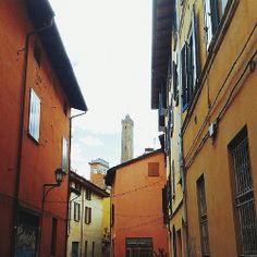 @itsOriana_  Ai piedi delle Due Torri è situato quello che un tempo era il ghetto ebraico. Ora il quartiere è sede di alcune delle botteghe artigiane più conosciute di Bologna: passeggiando per i vicoli, infatti, è possibile osservare - attraverso le vetrine - gli art