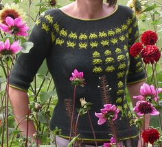 Nerdy Vorne 2 by wega de, space invaders and dahlias! Knitting Designs, Knitting Stitches, Knitting Yarn, Stitch Witchery, Nerd Crafts, Fair Isle Pattern, How To Purl Knit, Fair Isle Knitting, Girls Sweaters