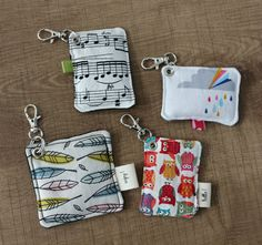 De la couture :) - Wauwowe bric à scrap - Sewing Kids Clothes, Sewing For Kids, Diy Sewing Projects, Sewing Crafts, Spool Crafts, Felt Gifts, Diy Keychain, Keychains, Lavender Bags