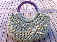 A handbag crocheted with Zpagetti yarn / fabric coil / trapillo. Modern Crochet, Love Crochet, Crochet Yarn, Crochet Handbags, Crochet Purses, Diy Fashion Projects, Crochet T Shirts, Yarn Bag, Fabric Yarn
