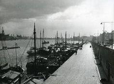 De Boompjes te Rotterdam (Nederland). Schepen liggen aangemeerd, vóór 1940.