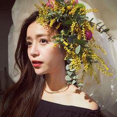 いいね!502件、コメント6件 ― 丸山悠美/Yumi Maruyamaさん(@maruyumi)のInstagramアカウント: 「頭にお花が咲きました。 季節のお花、ミモザを使った花衣。 大好きなお花を纏う幸せ 非日常的な特別な体験を味わえます。 . 3月8日.11日も フラワーズバイネイキッドで花衣体験できます。 .…」