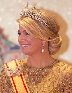 Queen Maxima glitters in gold dress and Pearl tiara and earrings, Diamond bow brooch. as she and husband Willem-Alexander join Emperor Akhito and Empress Michako for a state dinner in Tokyo Royal Tiaras, Tiaras And Crowns, Royal Dutch, Dutch Queen, Golden Dress, Estilo Real, Dutch Royalty, Royal Jewelry, Jewellery