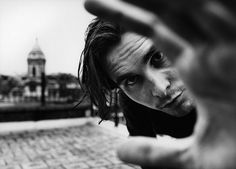 Christian Bale is one of the pretty people. Portrait Male, Pretty People, Beautiful People, Batman Begins, Shooting Photo, Famous Faces, City Art, Belle Photo, Gorgeous Men