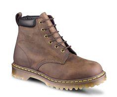 Un modèle de la collection Classique Bottes 939 à 6œillets Greasy est un cuir souple avec un revêtement gras qui lui confère un aspect ciré. Fabriquées avec le cousu Goodyear, la tige et la semelle sont thermocollées et cousues ensemble Entretien: essuyez à l'aide d'un chiffon humide. Vérifiez que les chaussures sont sèches avant d'appliquer un produit à base de silicone ou de cirage conçu pour les cuirs gras cirés, comme le Dr Martens Wonder Balsam
