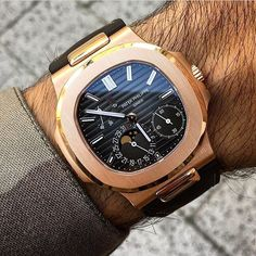 """""""Nautilus"""" The Great Design.  Stunning Patek Philippe #Nautilus, luminous hands and indexes, date, moonphase, powerreserve, 21k yellowgold rotor, mechanical #selfwinding movement in waterproof 18k rosegold case and alligator leather strap. Ref: #5712 R 👌perfect pic by↘️ @alekswatches #PG5712R 🔴 Use hashtag 👉🏼 #PatekGallery 👈🏼 -------------------------------------------------"""