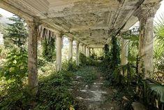 GARE D'ABKHAZIA, GEORGIA Difficile de reconnaitre les traces d'une gare dans ce lieu où la nature a repris ses droits. La gare a été utilisée durant les conflits entre 1992 et 1993.