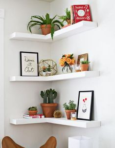 Can't find a big wall space to build your shelves? Now you will just need to find an empty corner to build these Amazing DIY Floating Corner Shelves! This DIY shelves tutorial will break down all of the dimensions and steps. Corner Shelf Design, Diy Corner Shelf, Corner Wall Shelves, Diy Wall Shelves, Bedroom Wall Shelves, Wall Shelves Design, Corner Wall Decor, Home Decor Shelves, Room Corner