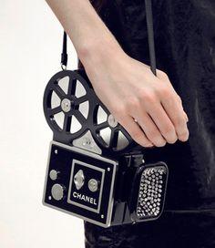 Chanel é sempre Chanel e cada apresentação da grife é um show, um cenário mirabolante, muitas ideias desejáveis e outras tantas polêmicas… Por isso nunca passa em branco por aqui, e não seria diferente com o desfile da coleção Métiers d'Art (feita apresentar o melhor do trabalho dos artesãos da grife) que rolou ontem em …