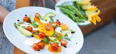 Caprese er en salat fra Capri i Italia med tomat, mozzarella og basilikum. Vi har lagt til ovnsstekt flaske-gresskar og avocado for å gjøre den mer mettende og fyldig. Caprese er vanligvis en forrett eller et tilbehør og denne versjonen kan også bli en god lunsj. Prøv denne smakfulle vegetarretten eller en av våre mange andre vegan- og vegetaroppskrifter.