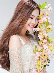Hình ảnh Minh Hằng cực yêu với áo vai lệch gợi cảm, vẫn với khuôn mặt xinh xắn, baby đặc trưng của cô gái trẻ trung nay thật rạng rỡ cùng với cành tầm xuân