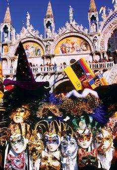 徜徉汪洋大海似的古建築群,再購買幾幅威尼斯狂歡節假面具,「你好,面具先生。」恍如置身那萬人張揚的狂歡節之中。威尼斯的狂歡節歷史上赫赫有名,是世界四大狂歡節之一。當一個人戴上面具,便失去了身份,獲得了自由,這是很多人喜歡狂歡節的理由。http://tasteoflifemag.com/travel/a-wonderland-named-venice?lang=en