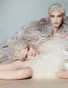 portrait of a woman combing her hair: lida fox, madison headrick and ruby jean wilson by richard burbridge for dazed & confused november 2012 Fur Fashion, Love Fashion, Artistic Photography, Fashion Photography, Richard Burbridge, Dazed And Confused, Fashion Story, Photoshoot Inspiration, Princesses