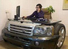 Ein halbes Auto als Schreibtisch? Warum nicht!