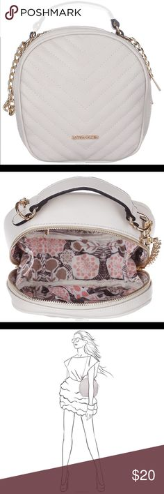 Fashion bag in white messenger purse Stylish female bag David Jones, made of synthetic leather, decorated with the face of the decorative stitches. The product has one branch-locked zipper. Inside the bag are the invoice open pocket and welt pockets on the zipper. Outside, on the back wall is slotted pocket with zipper. Bag features a shoulder strap in the form of a chain and a comfortable handle. Includes removable adjustable shoulder strap and bag storage pouch. Fashion bag perfectly…