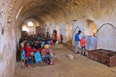 EDUCACION PARA LA SOLIDARIDAD: Niños sirios dando clase en los graneros