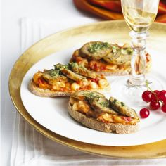 Quorn's take on an Italian classic, this garlic sausage crostini recipe is a simple way to create delicious canapes for your winter festivities.