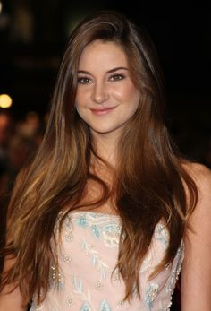Shailene Woodley at The Descendants Premiere in London Shailene Woodley, Beautiful Celebrities, Beautiful Actresses, Gorgeous Women, Avgeropoulos Marie, Long Hair Models, Stunning Brunette, Long Brunette, 2015 Hairstyles