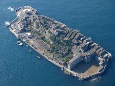 Na costa de Nagasaki, no Japão, repousa uma misteriosa ilha abandonada. Por quase um século (1887-1974), a ilha era uma instalação de mineração de carvão que abrigava milhares de trabalhadores. A empresa Mitsubishi comprou a ilha em 1890 e construiu o primeiro grande edifício de concreto do Japão, com nove andares. Com uma população de 5259 habitantes em 1959, a ilha de 63.000 m² foi o lugar mais densamente povoado por metro quadrado no mundo. Mas quando a mina fechou, a ilha foi abandonada.