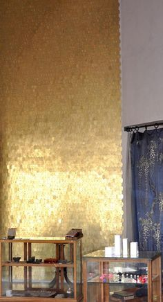 That wall. Just the design element I've been looking for. (tumbled brass discs nailed to the wall) This would be a fabulous focal point in the living room or dining area. Sequin Wall, Sequin Fabric, Wallpaper Wall, Sparkle Wallpaper, Escalier Design, Gold Walls, White Walls, Gold Gold, Gold Rush