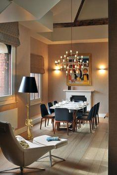 Salle à manger simple et chaleureuse : Manteau de cheminée décoratif; tons beige, blanc, noir et bois.