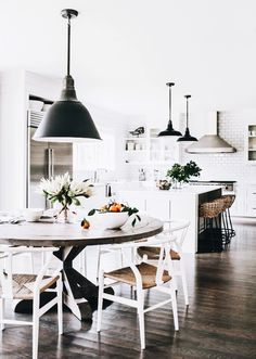 Perfect Modern Farmhouse Dining Room Design Ideas - Home Decor Ideas Farmhouse Kitchen Tables, Modern Farmhouse Kitchens, Home Kitchens, White Farmhouse, Farmhouse Interior, Farmhouse Decor, Farmhouse Design, Rustic Kitchen, Kitchen Modern