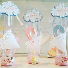 Tubetes Chuva de Amor!  Orçamentos: bylilafestas@gmail.com Compre Online: www.elo7.com.br/bylilafestas Fã Page: www.facebook.com/bylilafestas  #bylilafestas #personalizados #partyfavor #festapersonalizada #festacriativa #festachuvadeamor #festachuvinha #chadefraldas #chadebebe #1aninho #festade1ano #1aninho #nuvem #cloud #nuvenzinha #guardachuva #umbrella #tubete #tubetepersonalizado #scrap #scrapfesta